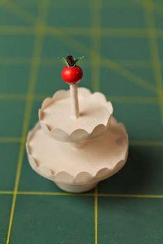 Kerrostarjottimia pitää juhla-aikaan olla useampia, jotta kaikki tarjottavat saa esille.         Materiaalit   - paksuhkoa paperia 19 cm ...