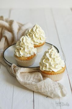 Einfache Vanille Cupcakes mit Vanille-Buttercreme | Bake to the roots