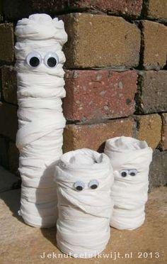 Tijdens halloween is het leuk om je kamer te versieren met halloweenknutsels. Je kunt bv denken aan spinnen van muizentrappetjes, doodshoofdslingers van koffiefilters, uitgeholde pompoenen, vleermuizen van wc rollen en hier lees je hoe je een mummie kunt knutselen van een wc rol en wc papier. Lijm het begin van het wc papier vast in de wc rol en wikkel dan het wc papier om de wc rol. Je kunt het wc papier ook om een lege keukenrol wikkelen, dan wordt je mummie wat groter. Plak het einde v...