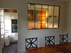 Un effet de style très agréable, la verrière permet d'ouvrir la cuisine en partie seulement, apportant de la luminosité mais surtout un effe...