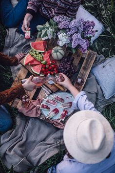 Summer Picnic & Vegan Rhubarb-Matcha-Coconut-Popsicles - Our Food Stories Picnic Photography, Cake Photography, Vegan Picnic, Picnic Foods, Coconut Popsicles, Picnic Time, Summer Aesthetic, Matcha, Food Styling