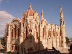 Santuario de Santa María Magdalena. Novelda. Construido por D. José Sala Sala, vecino de Novelda y discípulo del gran Antonio Gaudí.  Es tal su categoría que está enclavado dentro de la ruta Modernista europea. Su forma y sobre todos sus materiales (todos procedentes de la zona) es lo más destacable. Tiene el órgano 100% hecho en mármol más grande del mundo.