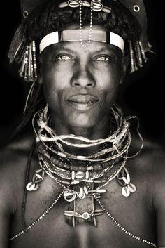 Estas fotos a los miembros de una tribu de áfrica te ablandarán el corazón