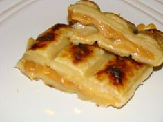 Here's an interesting dessert to make next time you are camping. It doesn't need much in the way of ingredients, the trickiest one being the frozen puff pastry, but that won't tak… Campfire Pies, Campfire Recipes, Braai Pie, Caramel Pears, Frozen Puff Pastry, South African Recipes, Desserts To Make, Pie Dessert, Cooking Recipes