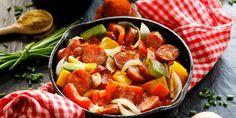 Αν υπάρχει παραδοσιακό πιάτο για «μερακλήδικο» μεζέ, αυτό σίγουρα είναι το σπετσοφάι, και εμείς έχουμε τη συνταγή. | GASTRONOMIE | iefimerida.gr | λουκάνικο, χωριάτικο λουκάνικο, συνταγή, ντοματα, κρασί, πιπέρια Pork, Food And Drink, Ethnic Recipes, Sweet, Fine Dining, Kale Stir Fry, Candy, Pork Chops