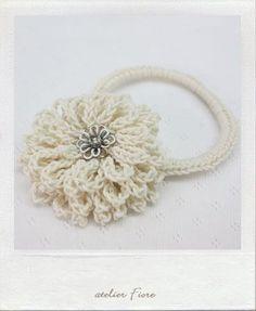 白い花のヘアゴムの作り方|編み物|編み物・手芸・ソーイング|ハンドメイド・手芸レシピならアトリエ