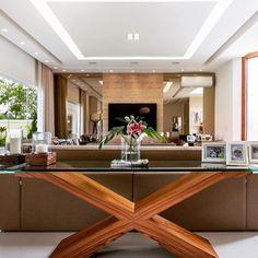 Sala de estar lindaaaaa!!!!! O aparador atrás do sofá é uma peça marcante e extremamente funcional. O forro de gesso possibilitou a criação de várias cenas com a iluminação. Projeto Adriana Leal
