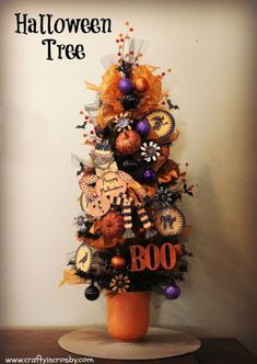 Weinlese-Halloween-Baum durch Crafty in Crosby - Alles Pinner DEU Samhain Halloween, Halloween Trees, Halloween Home Decor, Diy Halloween Decorations, Holidays Halloween, Halloween Pumpkins, Diy Halloween Ornaments, Fall Tree Decorations, Spooky Trees
