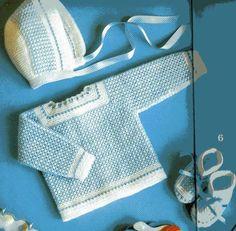 Material:  50g de lã branca  50g de linha azul  ag 2 1/2 ou 3 e ag de crochê  5 botões pequenos  1,5m de fita com 0,5cm de largura  1m de f...