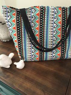 Bolsa em tecido étnico, alças em cordão encerado trançado, forrada em tecido de algodão e com bolso interno. <br> Obs.: Objetos não incluídos. <br>As cores podem variar um pouco de acordo com a tela do seu computador.