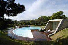Une belle terrasse en teck pour cette villa en béton en Sardaigne #homesweethome