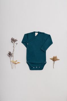 NEW in our beloved Baby Essentials - ongoing Collection . NEW - Fabric - 100% organic cotton, GOTS Ribbed-Jersey in a VINTAGE-LOOK Soft - Stretchy - Breathable! Made with Love in EU. .  Wrap-body, ribbed Jersey fabric in best organic quality allows it to stretch while always maintaining its shape and color. #babybasics #organicbyfeldman #petrolblue #newbornessentials #ribbedjersey #madeineu #babymode #organicbabyclothes #biobaumwolle #biobabykleidung #biologique #gots #organicbabywear Newborn Essentials, Organic Baby Clothes, Baby Body, Vintage Looks, Organic Cotton, Siena, Long Sleeve, Sleeves, Babies