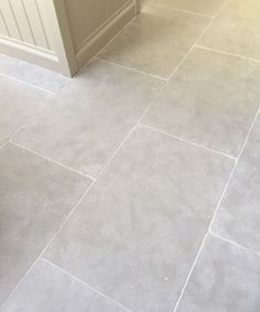 Paris Grey limestone kitchen flooring ( the gorgeous limestone flooring) Flagstone Flooring, Limestone Flooring, Tiled Floors, Travertine Floors, Bathroom Flooring, Kitchen Flooring, Kitchen Tiles, Kitchen Design, White Kitchen Floor Tiles