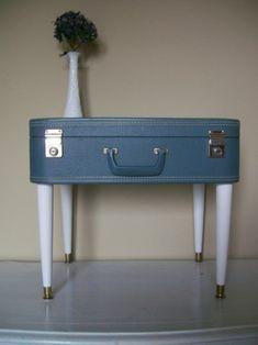 Valise vintage + 4 pieds = un joli chevet