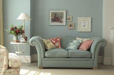 lambri azul com papel parede estampa floral vermelho (poltrona)