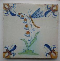 Antieke polycrome tegel met zeldzame voorstelling Libelle op bloem