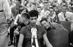 No more racism, please! Dorothy Counts - The First Black Girl To Attend An All White School In The United States - Being Teased And Taunted By Her White Male Peers At Charlotte's Harry Harding High School, 1957 Women In History, World History, Black History, History Major, History Pics, African History, History Books, Gordon Parks, Carolina Do Norte