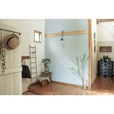 女性で、2LDKのグリーン/古道具/和/模様替え/DIY/玄関/入り口…などについてのインテリア実例を紹介。「玄関全貌。 壁を塗り、 照明器具を取り替え、 家具も移動。 雰囲気がガラリとかわりました。」(この写真は 2016-03-28 01:14:30 に共有されました)