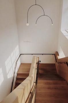 Vous souhaitez équiper votre intérieur d'un nouvel escalier ? Plusieurs critères à savoir pour guider votre choix : Quel espace ? Quelle forme (tournant, droit, quart tournant, hélicoïdal, etc…) ? Quel matériau (bois, acier, verre, béton, etc…) ? Design contemporain ou classique ? Quel type de sécurité (garde-corps, rampe, profondeur marches, taille des contremarches…) ? Quel prix ?   Demandez un devis gratuit d'escalier pour trouver un pro près de chez vous ! #escalier #maison #devis #travaux