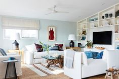 See how One Kings Lane Interior Design revamped the Malibu cottage of actress Minnie Driver, creating a restful retreat away from the hustle of Hollywood. Mobile Home Living, Home And Living, Coastal Living, One Kings Lane, Geometric Side Table, Green Wall Color, Malibu Beach House, Single Wide Mobile Homes, Minnie Driver