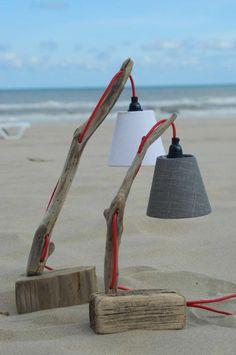 Lampen aus Treibholz am Strand
