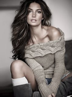 Dark hair with minimal highlights Blonde Highlights On Dark Hair, Off Shoulder Sweater, Sweater And Shorts, Fall Sweaters, Models, Hair Today, Cut And Style, Sensual, Beauty Women