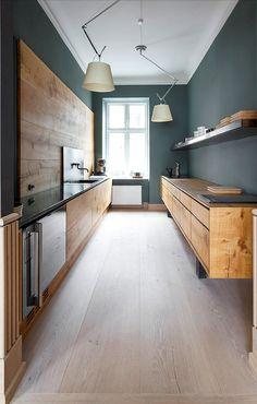 Ideas para cocina moderna y acogedora aun con poco espacio disponible. Muebles de madera que resaltan con los tonos oscuros de las paredes. Mucha luz y funcionalidad.