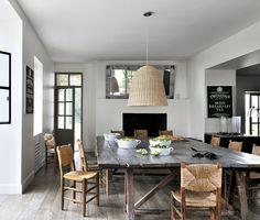 Ein Holztisch, Lampen aus Korb und funktionale Tablewear: Entdecken Sie ein gemütliches Esszimmer!