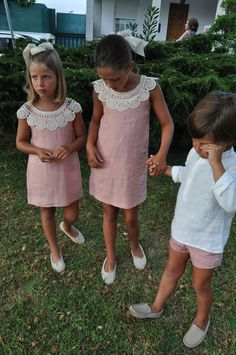 Love the crocheted collar on simple Aline sundress Little Girl Fashion, Toddler Fashion, Kids Fashion, Little Girl Dresses, Girls Dresses, Flower Girl Dresses, Outfits Niños, Kids Outfits, Toddler Dress