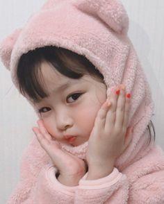 She has a virtual boyfriend and she calls him glitch. Cute Baby Meme, Cute Baby Boy, Cute Little Baby, Little Babies, Cute Kids, Cute Asian Babies, Korean Babies, Asian Kids, Cute Baby Girl Pictures