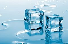 For homemade skin care, all you need is an ice cube tray. Pour in some apple juice and freeze. The malic acid in the frozen juice is an anti-aging alpha-hydroxy acid. Pass the ice cube gently over the skin, and it will feel like a mini-facelift! Tiffany Blue, Ice Facial, Ice Texture, Look Wallpaper, Manicure E Pedicure, Home Remedies, Good To Know, Beauty Hacks, Beauty Tips