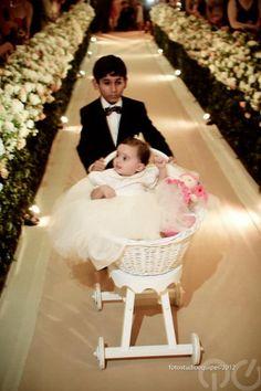 Pajem leva daminha em carrinho especial para bebê. Clique para ver mais fotos do casamento do Carioca, do Pânico. Foto Studio Equipe.