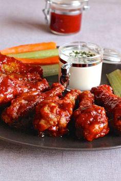 Les Buffalo Wings sont une recette traditionnelle d'ailes de poulet frites, trempées dans une sauce chili beurrée et épicée et servies avec du céleri.