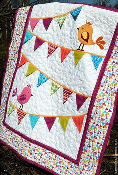 Купить или заказать Детское лоскутное одеяло (покрывало) 'Отличный денёк!' в интернет-магазине на Ярмарке Мастеров. Авторская работа. Точное повторение не возможно. Детское одеяло (покрывало) выполнено в нетрадиционной технике: гирлянда из двусторонних флажков надежно вшита в основание одеяла, но при этом каждый флажок остается свободным, что создает игривое настроение у ребенка и способствует дополнительным тактильным ощущениям. Птички выполнены в технике аппликации, украшены машинно...