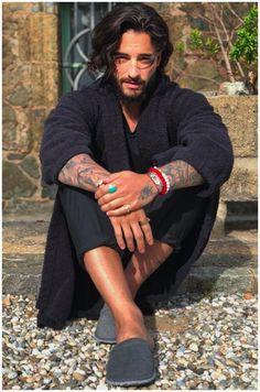 Dark haired male - seated on the ground Beautiful Men Faces, Gorgeous Men, Pretty Men, Pretty Boys, Maluma Snapchat, Hot Mexican Men, Mexican Guys, Maluma Haircut, Maluma Style