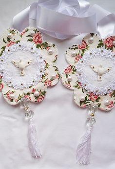 Escapulário de porta, feito com tecido, fita e espirito santo feito em gesso. Obs: a estampa do tecido pode variar de acordo com o estoque.