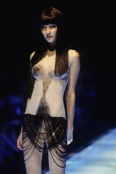 Alexander McQueen Spring 1998 Ready-to-Wear Collection Photos - Vogue Couture Fashion, Runway Fashion, Fashion Models, Womens Fashion, Dark Fashion, High Fashion, Fashion Show, Fashion Design, Alexander Mcqueen