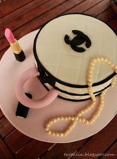 Tarta Chanel con lapiz de labios y collar de perlas
