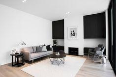 Der kleinere entspannende Raum genießt einen sekundären Kamin, flankiert von schwarz lackierten Holz Schränke. Die subtile Farbpalette sorgt für eine wirklich zusammenhängenden Sinn für Stil.