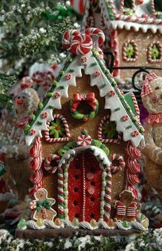 One of the best Christmas family traditions is making gingerbread houses! It's messy, it's fun, and everyone's had their share of candy and gingerbread by the end. Here are some crazy-inspiring gingerbread houses to give you ideas for this Christmas! Christmas Gingerbread House, Noel Christmas, Christmas Goodies, Little Christmas, Winter Christmas, Christmas Crafts, Christmas Decorations, Christmas Ornaments, Gingerbread Men
