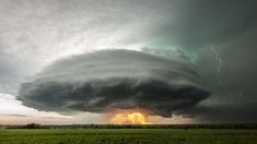 Este video fue grabado en Kansas, el 10 de mayo de 2014 por el fotógrafo Stephen Locke. Un vórtice masivo de nubes, lluvia, rayos y una puesta de sol claramente visible.