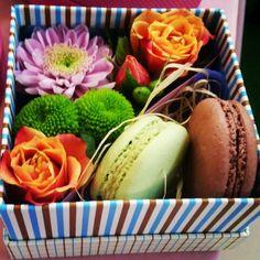 #box #macaron #flowers #flowersbox #loveflowersbox коробочка с цветами и макарон сладостями Киев