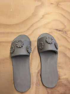 Ceramic Pottery, Pottery Art, Pottery Ideas, Flip Flops, Objects, Slip On, Artists, Sandals, Shoes