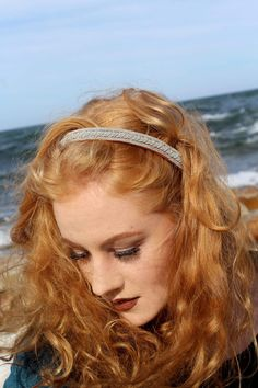 A tiara i made and one of my gorgeous models are showing it.Its made out of silverthread in reindeerleateher and it's very hard to make these.She looks wonderful in it!