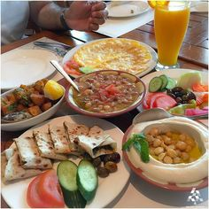 A Lebanese breakfast is something you can't resist, Good Morning :) By Nina Ali. Breakfast Platter, Egg Recipes For Breakfast, Breakfast Dishes, Brunch Recipes, Arabic Breakfast, Lebanese Breakfast, Mediterranean Appetizers, Mediterranean Dishes, Lebanese Recipes