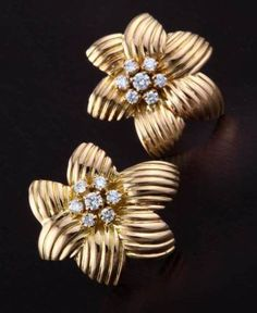 Gehna offer to showcasing jewellery - Classic pair of Indo-western diamond ear studs handcrafted in 18k gold online in Chennai.