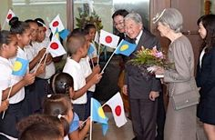 パラオ国際空港に到着し、地元の子どもたちの歓迎を受けられる天皇、皇后両陛下 http://headlines.yahoo.co.jp/hl?a=20150408-00000055-jijp-int.view-000…
