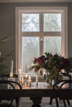 Swedish Christmas, Scandinavian Christmas, Christmas Home, Christmas Flowers, Christmas Decorations, Table Decorations, Hygge, Estilo Interior, Interior And Exterior