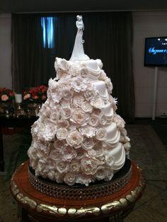 Bolo de casamento com flores brancas e champanhe contato@verifragoso.com.br