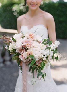 blush and peach bouquet with ranunculus, garden roses, peonies | Photography: Vicki Grafton